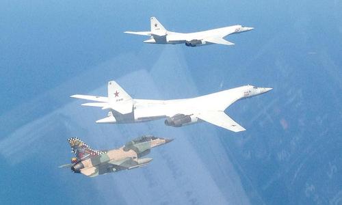 Tiêm kích F-16 Venezuela diễn tập cùng biên đội Tu-160. Ảnh: Twitter.