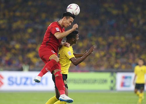 QuếNgọc Hải truy cản tiền đạo Malaysia trong trận hòa 2-2 tại Bukit Jalil ngày 11/12. Ảnh: Lâm Thỏa