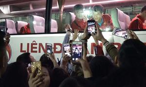 Người hâm mộ vây kín tuyển Việt Nam sau buổi tập ở Mỹ Đình