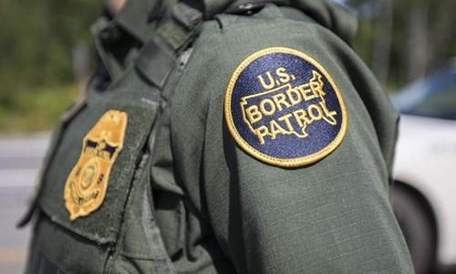 Nhãn dán trên đồng phục của lực lượng biên phòng Mỹ. Ảnh: AFP.