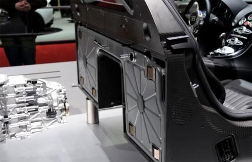 Vị trí bình xăng của Veyron ngay phía sau cabin.