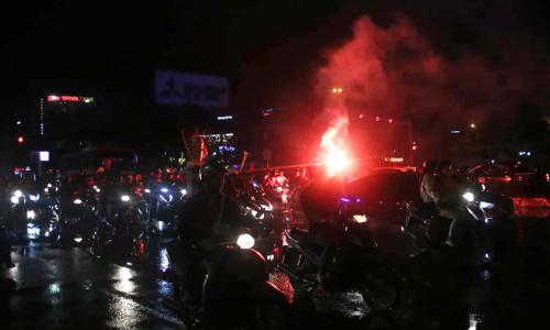 Người đốt pháo sáng trên đường phố Đà Nẵng tối 11/12. Ảnh: