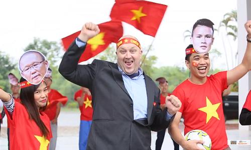 Giảng viên, sinh viên FPT cổ động cho đội tuyển Việt Nam.