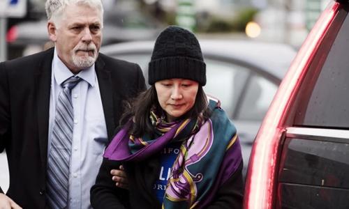Giám đốc tài chính Huawei Mạnh Vãn Chu tới một văn phòng quản chế ở Vancouver sau khi được tại ngoại. Ảnh: AP.
