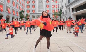 Tiết mục flashmob 'Tiến lên Việt Nam ơi' của 500 thầy trò Hà Nội