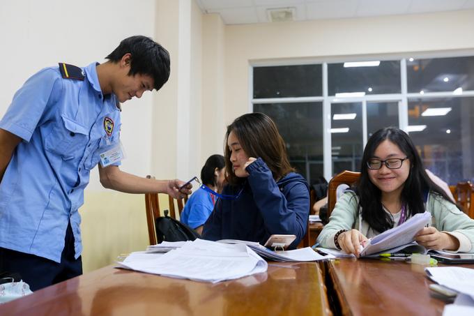 Đại học ở Sài Gòn mở cửa đến đêm cho sinh viên ôn thi