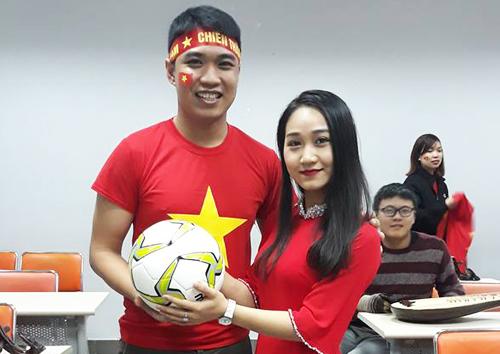 Thầy Jet và cô Thùy Chi cổ động nhiệt tình của đội tuyển Việt Nam.