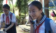 Học sinh được gọi điện thoại bàn miễn phí trong trường ở Sài Gòn