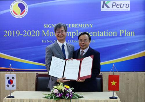 Ông Trần Văn Vinh (phải) và ông Son Joo - Suk ký hợp tác. Ảnh: Bảo Anh.