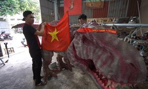 Nhóm bạn trẻ bỏ 200 triệu làm khủng long cổ vũ tuyển Việt Nam
