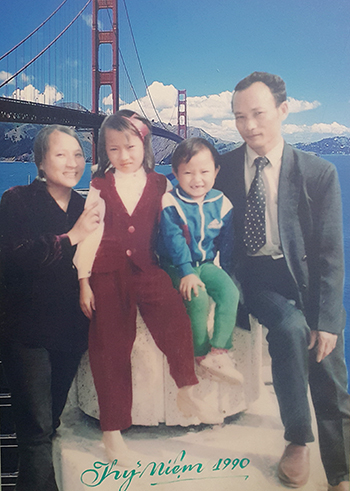 Trọng Hoàng (thứ hai từ trái qua) cùng bố mẹ và chị lúc ấu thơ. Ảnh: NVCC