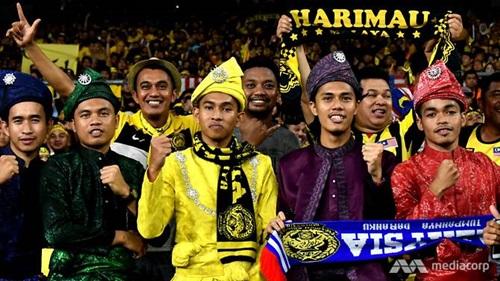 Cổ động viên Malaysia trên khán đài trong trận chung kết lượt đi giữa Việt Nam và Malaysia hôm 11/12. Ảnh: CNA.