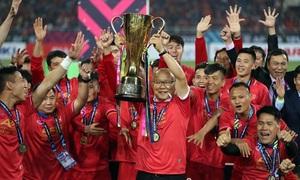 Các cầu thủ Việt Nam nâng Cup