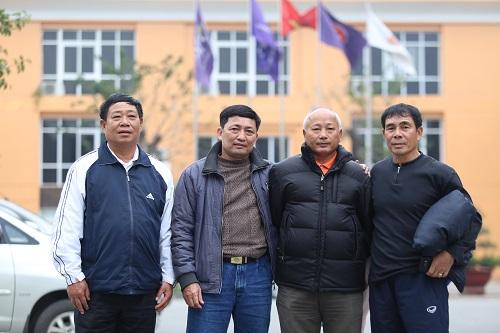 Bố Trọng Hoàng cùng các thầy giáo có mặt ở sân Mỹ Đình. Ảnh: Gia Chính