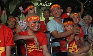 Bệnh nhi ngồi xe lăn cổ vũ tuyển Việt Nam