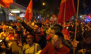 Phố phường tràn ngập người mừng chiến thắng của tuyển Việt Nam