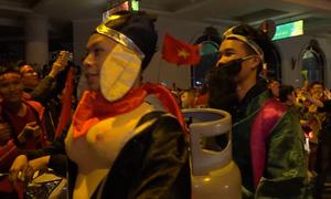 Muôn kiểu ăn mừng của người hâm mộ khi tuyển Việt Nam vô địch