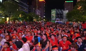 Phố phường vang tiếng reo hò cổ vũ tuyển Việt Nam
