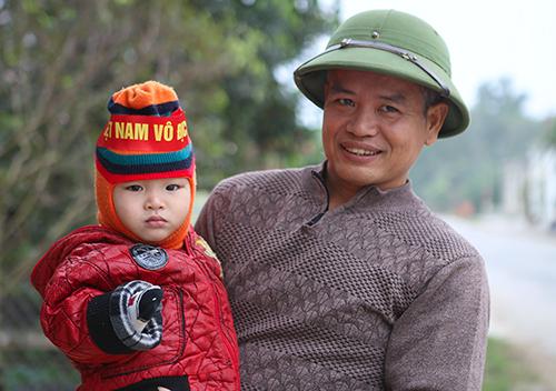 Ông Lộc và mọi người đang háo hức chờ đợi trận chung kết lượt về giữa Việt Nam và Malaysia trên sân Mỹ Đình. Ảnh: Đức Hùng