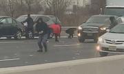 Tiền rơi từ xe chuyên dụng gây hỗn loạn trên cao tốc Mỹ