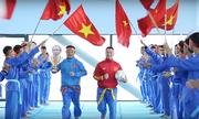 Giảng viên, sinh viên hát 'Đường tới đỉnh vinh quang' cổ vũ bóng đá