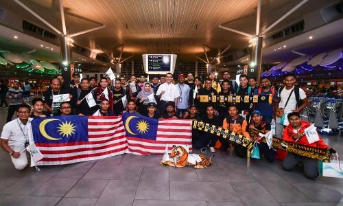 Các cổ động viên Malaysia trước khi đến Việt Nam. Ảnh: Fox Sports.