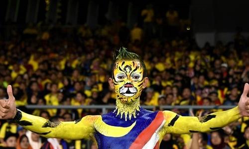 Một cổ động viên Malaysia có mặt trên sân  Bukit Jalil tối 12/12. Ảnh: Channel News Asia.