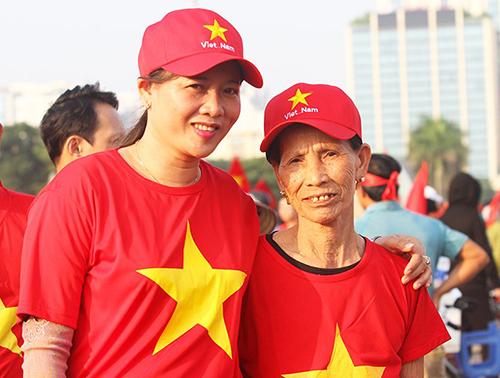 Mẹ và bà nội cầu thủ Phan Văn Đức trong một lần đi cổ vũ đội tuyển Việt Nam. Ảnh: BNA
