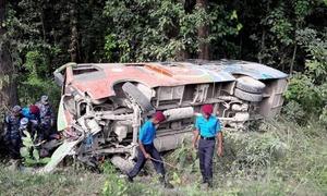 Xe tang lễ lao xuống vực ở Nepal, 20 người chết