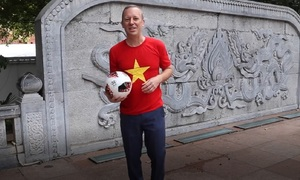 Đại sứ Anh trổ tài tâng bóng, chúc đội tuyển Việt Nam chiến thắng