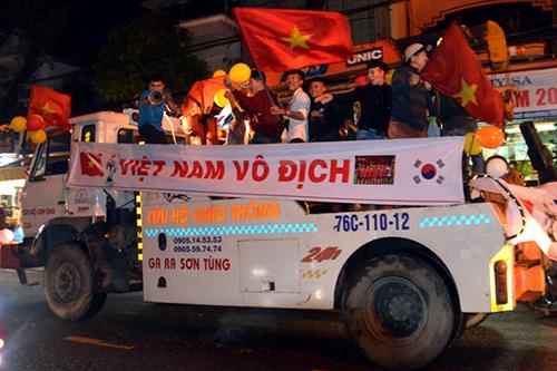 Xe cứu hộ giao thông cũng thành phương tiện đi ăn mừng ở Quảng Ngãi.