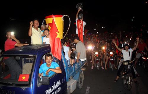 Người dân Vũng Tàu xuống phố bằng xe tải. Ảnh: Nguyễn Khoa