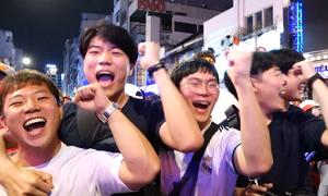Khách Tây nhảy nhót tung hô tuyển Việt Nam và ông Park Hang-seo
