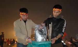 Cổ động viên nán lại nhặt rác sau trận Việt Nam - Malaysia