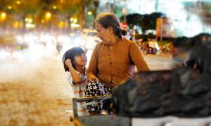 Bà ngoại nhặt ve chai nuôi cháu mồ côi ở trung tâm Sài Gòn