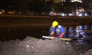 Công nhân dầm nước lạnh hút bùn sông Tô Lịch trong đêm