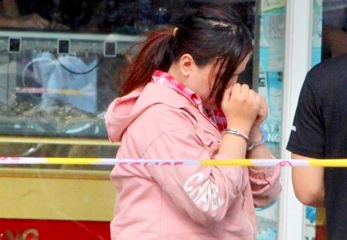 Cô gái giật dây chuyền trong tiệm vàng ở Bình Dương