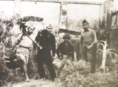 Các chiến sĩ cảm tử quân chuyển khẩu súng máy thu được của địch ở ngã tư Hàng Đậu về vị trí chiến đấu. Ảnh tư liệu.