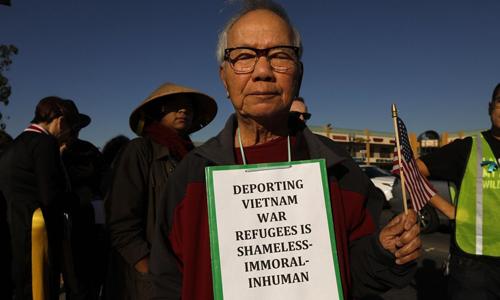 Trục xuất người Việt Nam tị nạn là hành động ô nhục, vô đạo đức và vô nhân tính, ông Lan Hoang, 85 tuổi, một người tham gia cuộc biểu tình ngày 15/12 trên phốWestminster, quận Cam, bang California, Mỹ. Ảnh:LAT.
