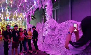 Người dân đổ xô về hang đá dài 200 m ở Đồng Nai đón Noel sớm