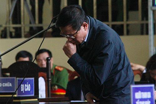 Sức khỏe của cựu tổng cục trưởng Tổng cục Cảnh sát không ổn định suốt phiên tòa. Ảnh: Phạm Dự.