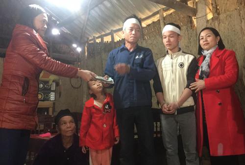 Đại diện trườngTHPT Quỳnh Lưu 4 đã trao tiền ủng hộ cho gia đình em Hà Văn Quân.