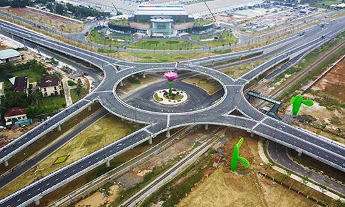 Nút giao vòng xuyến hai tầng Chu Lai được hoàn thành sau tám tháng xây dựng. Ảnh: Đắc Thành.