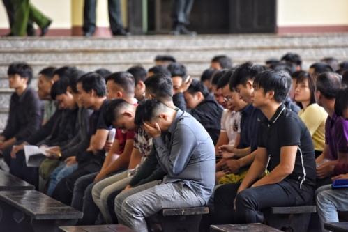 Hơn 40 con bạc như Lê Văn Huy hầu tòa tại Phú Thọ tháng 11. Ảnh: Giang Huy.