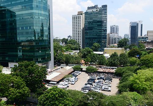 Khu đất vàng có diện tích gần 5.000 m2 ở số 8-12 Lê Duẩn được dùng làm bãi giữ xe nhiều năm qua. Ảnh: Quỳnh Trần