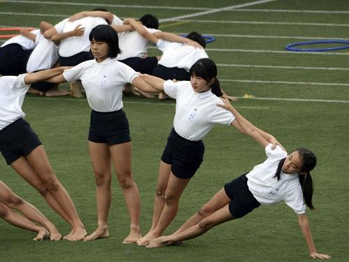 Công chúa Nhật Bản Ayako (thứ hai từ phải sang) đang biểu diễn với bạn cùng lớp trong ngày hội thể thao ở Tokyo.Ảnh: Reuters
