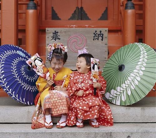 Trẻ Nhật Bản mặc kimono trong nghi lễ Shichi-Go-Santruyền thống.Ảnh: East News