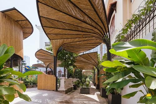 Với tiêu chí chắt lọc và giao thoa giữa triết lý giáo dục Reggio Emilia (Italy) vànền tảng văn hóa bản địa Việt Nam, kiến trúc khuôn viên Trường Mầm non Nghệ thuật Song ngữ Aurora (TP HCM) được thiết kế gồmnhững mái tre, lồ ô cong hình cánh quạt và khoảng không nhiều cây xanh.