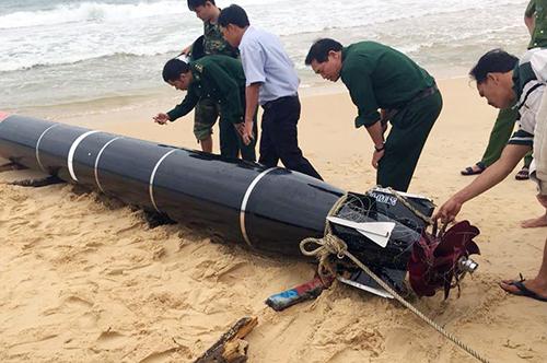 Vật thể mắc lưới ngư đân Phú Yên được đưa lên bờ. Ảnh: Thành Văn
