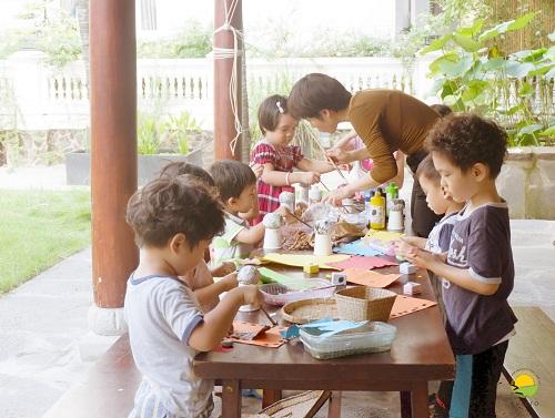 Phương châm giáo dục mà Aurora Song ngữtheo đuổi là đề cao sự phát triển tự nhiên của trẻ thông qua nhữnghoạt động nhóm vàdự án nhỏ do chính các em làm chủ.
